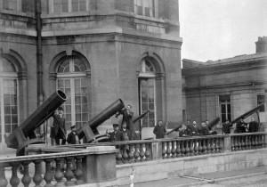 Derrières les télescopes, les archives. Terrasse de l'Observatoire de Paris, ca. début du 20e siècle (crédits : Bibliothèque de l'OBSPM)
