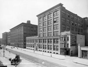 Cliché : bâtiment principal de l'usine de la firme Eastman Kodak à Rochester (Etat de New York) (crédits : Kodak Fabrik und Hauptniederlassung in Rochester, New York., via Wikimedia Commons)