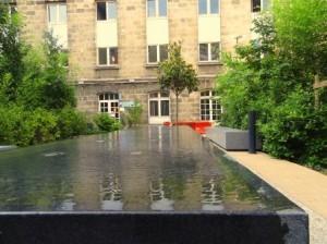 Installation kubrickienne, cour intérieure de l'université (crédits : ASM)