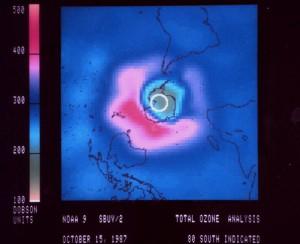 Carte du trou 2004, établie par la NOAA (crédits : Wikimedia Commons)