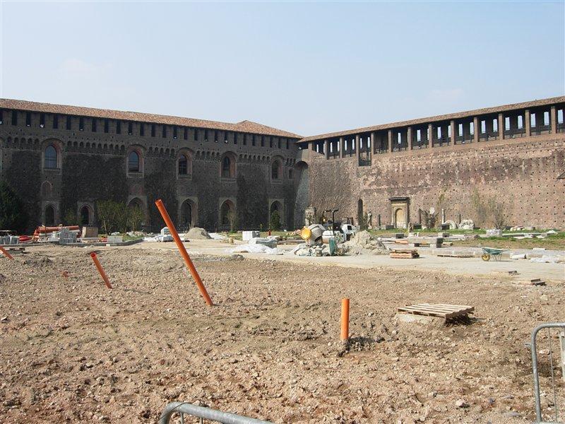 Refaire la cour, encore et encore. Castello Sforzesco, Milan (crédits : xiquinhosilva, 2009, via Flickr)