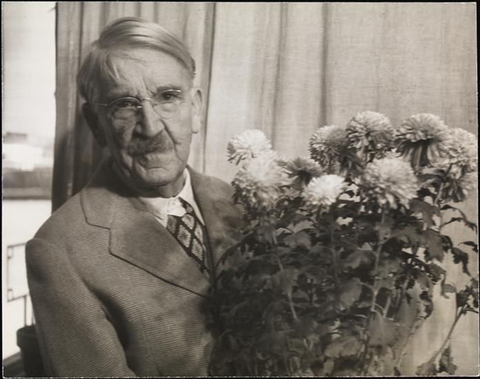 La méthode ? Suggérez-la avec des fleurs. John Dewey en 1948 (crédits : John Albok, via http://collections.mcny.org/)
