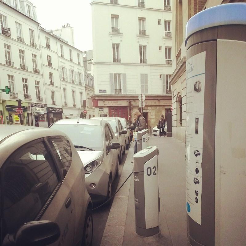 « On ne manquera pas de remarquer que le fil reliant la voiture à la borne de rechargement n'est pas sans évoquer le cordon ombilical qui relie la mère à l'enfant » (dixit Jean-Pierre Tremblay). Borne Autolib', à proximité de la Sorbonne (crédits : ASM)
