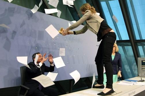 Esclaves de la finance. Conférence de presse du président de la Banque centrale européenne interrompue par les confettis, 15 avril 2015 (crédits : AFP)