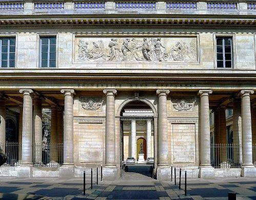 Alma mater oblongue. Entrée de l'Ecole de Médecine, Paris 5e  (crédits : monumentum.fr)