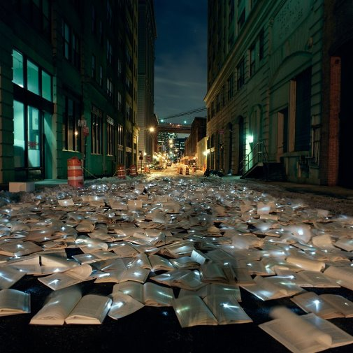 Digitalisme. Anthologie #BookPorn X. Installation de 10 000 ouvrages pourvus de LED. Melbourne, en 2012 (crédits : http://flavorwire.com/328661/10000-unwanted-books-fill-the-streets-of-melbourne)