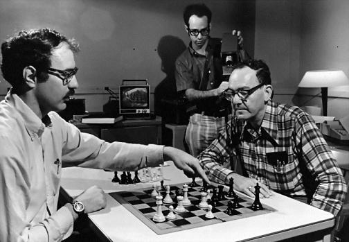 Dilemme du joueur d'échec. Le chess expertise project de la Carnegie Mellon University, vers 1972–1973. De gauche à droite : William Chase, Neil Charness et Herbert Simon (source : http://psyccritiquesblog.apa.org/, 2012)