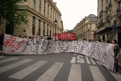 Manifestation de l'ESR. Enseignants-chercheurs et étudiants de l'Institut de psychologie de Paris V, à Paris, 14 mai 2009 (source : http://ptutoy.over-blog.net/article-31431799.html)