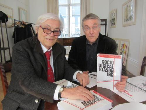 Portrait du sociologue Jean-Claude Passeron en séance de dédicace. Londres, avril 2013 (crédits : BSA Bourdieu Study Group)