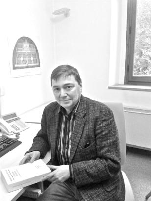 Portrait du sociologue Jean-Louis Fabiani en lecteur (crédits : arnaudbizalion.fr)