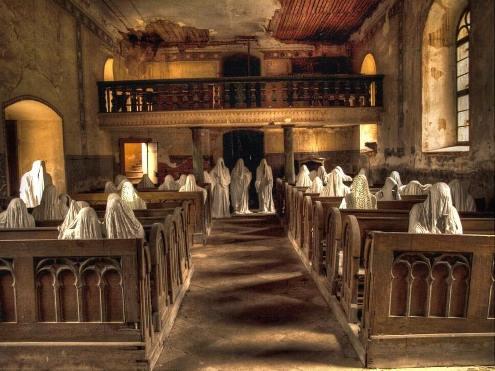 Séminaire. Église Saint Georges de Lukova (République tchèque), transformée en lieu hanté par l'artiste Jacub Hadrava (madmakak.com)